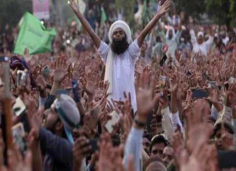 باكستان.. عشرات الآلاف يشيعون رجل دين يقف وراء تظاهرات ضد فرنسا